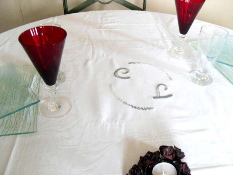 nappe sur une table dressée pour une fête, un mariage, des fiançailles, un baptême