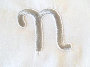 N monogramme brodé pour une personnalisation de linge de maison