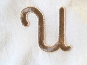 U monogramme brodé pour une personnalisation de linge de maison