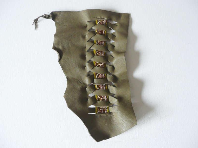 Morceau de cuir de récupération avec un ruban confectionné en biais et pasementerie découpée