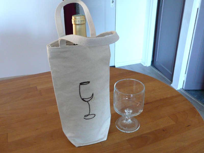 porte-bouteille avec broderie d'un verre de bordeaux avec un fil perlé rouge bordeaux soulignée d'un fil doré