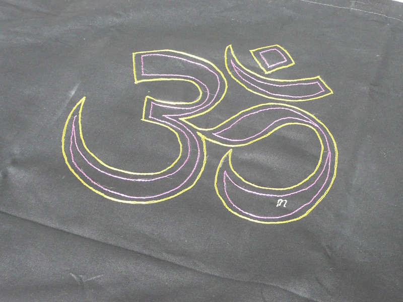 Symbole Ohm ou Aum ou Om brodé main, sur un support éco-responsable en coton bio